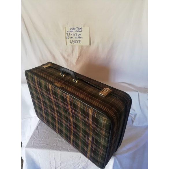 Retro, kockás bőrönd