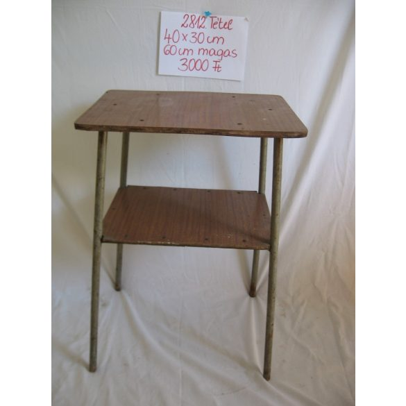 Loft stílusú, fém lábú asztal, lerakó asztal